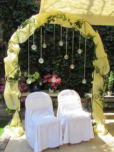Családias , mediterrán kerti hangulat, az Edit Virág Varázs kapuja alatt.