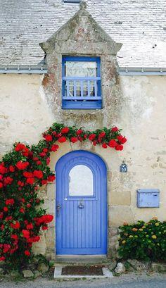 リノベーションの参考になる!海外中のおしゃれな玄関ドア SUVACO(スバコ) ドアの色や花の種類はさまざまです。紫や青もフランスっぽい色ですし、グレーや赤、緑などさまざまな色のドアが見られます。
