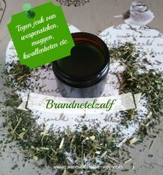 Brandnetelzalf werkt goed bij jeuk en irritatie van bijvoorbeeld insectenbeten, kwallenbeten of van brandnetels! Healing Herbs, Natural Healing, Home Remedies, Natural Remedies, Natural Skin Care, Natural Beauty, Diy Scrub, Young Living Oils, Homemade Beauty