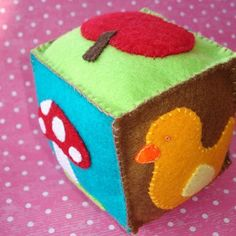 Free Pattern: Felt cube toy for baby idée cadeau naissance Handgemachtes Baby, Felt Baby, Baby Kind, Baby Girls, Diy Baby Gifts, Baby Crafts, Baby Diy Toys, Felt Crafts Diy, Sewing For Kids