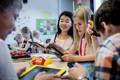 Helsingin suomalaisessa yhteiskoulussa (SYK) on alkamassa ympäristö- ja luonnontiedon tunti. Kirjat ja vihot pysyvät kiinni, sillä neljäsluokkalaiset tallentavat tietoja tablettitietokoneelle. Tässä luokassa koulutyön tulevaisuus on jo totta. Tieto, Spa