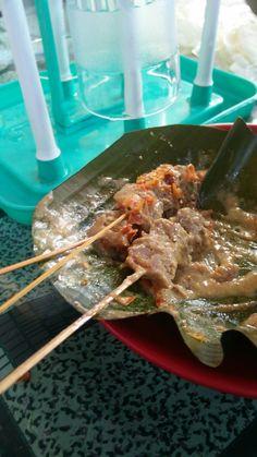 Tusukan daging di piringnya sate