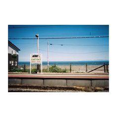 【hmsk_film】さんのInstagramをピンしています。 《北海道 小樽市 朝里 . . . 車窓。 . . . ▶︎ 写ルンです シンプルエース ーーーーーーーーーーーーーーーーーーー #写真撮ってる人と繋がりたい #写真好き #写真好きな人と繋がりたい #カメラ男子 #ファインダー越しの世界 #写真撮る人と繋がりたい #カメラ #カメラ好き #写真は心のシャッター #日常 #街撮り #カメラ散歩 #ふぃるむ #フィルム写真普及委員会 #フィルムカメラ #フィルム #フィルム写真 #フィルム部 #フィルムに恋してる #写ルンです #街並み #街 #富士フィルム #車窓 #海 ーーーーーーーーーーーーーーーーーーー》