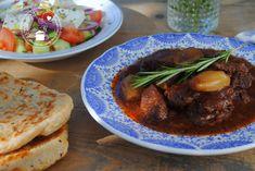 Griekse stifado uit de slowcooker moet je een keertje proberen. Dit recept kreeg ik tijdens mijn verblijf op Corfu van een echte Corfioot. Een authentiek recept dus! Crock Pot Slow Cooker, Slow Cooker Recipes, Cooking Recipes, Slow Food, A Food, Food And Drink, Multicooker, Greek Recipes, Pulled Pork