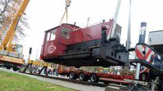 Am Haken: 15 Tonnen schwer ist die Lok, die gestern Nachmittag am Gadebuscher Bahnhof abgeladen wurde.  Fotos: Michael Schmidt
