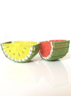 Arts And Crafts Beads Info: 1221374574 Newspaper Basket, Newspaper Crafts, Willow Weaving, Basket Weaving, Baskets On Wall, Storage Baskets, Diy And Crafts, Arts And Crafts, Wooden Gift Boxes