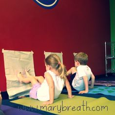 Tekening met je voeten (blad tegen de muur) Partner Yoga, Yoga Games, Gym Games, Preschool Yoga, Yoga Party, Childrens Yoga, Yoga Lessons, Mindfulness For Kids, Yoga Music