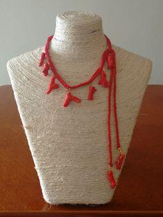Collar en cordón rojo con corales  @beatrizlunaaccesorios