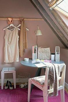 Op de slaapkamer een lees of make-up tafel of een klein... Door EssieEs