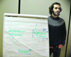 El psicólogo Jorge Freudenthal, junto a un esquema utilizado en una de las sesiones de rehabilitación.