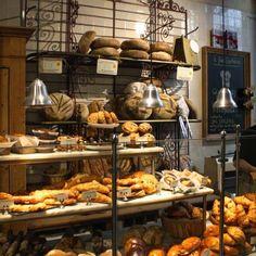 De grote, gemeenschappelijke tafel is het hart in deze biologische bakkerij. Je kan hier naast brood kopen ook ontbijten, lunchen en taart eten. Alle producten zijn van biologische afkomst.