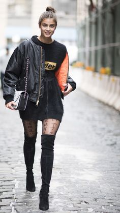 The Best Model Off-Duty Street Style from New York Fashion Week Taylor Marie Hill, Taylor Hill Style, Look Fashion, Winter Fashion, Fashion Outfits, Girls In Mini Skirts, Alexander Mcqueen, Models Off Duty, Blazer