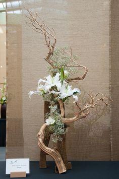 Ikebana with driftwood Ikebana Arrangements, Easter Flower Arrangements, Ikebana Flower Arrangement, Easter Flowers, Floral Arrangements, Spring Flowers, Deco Floral, Arte Floral, Floral Design