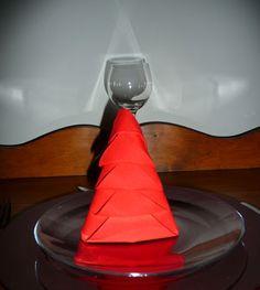 Pliage de serviette de table en forme de sapin de Noël, plier une serviette de table en papier, réaliser un sapin de noel en papier,pliage de serviette de table en papier en forme de sapin de noel, decoration de table, recettes de cuisine et traditions en Europe. Information et Tourisme Européen.