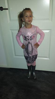 DIT is Mayra ze is  1 meter lang en draagt het jurkje van SOMEONE in  maat 104 #vipkidz #someone #kinderkleding