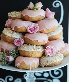 Donuts are a bridal parties best friend! 😉 I don't think these rose gold donuts would make it to the wedding dessert table. Maybe a bridesmaids snack before the wedding? Deco Baby Shower, Donut Bar, Donut Tower, Doughnut Cake, Wedding Desserts, High Tea, Baby Shower Decorations, Sweet 16, Sweet Tooth