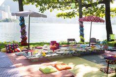 wrap tree trunks! parasol centerpieces http://www.vestidademae.com.br/festa-infantil-piquenique/