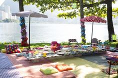 wrap tree trunks!  parasol centerpieces http://www.vestidademae.com.br/festa-infantil-piquenique/
