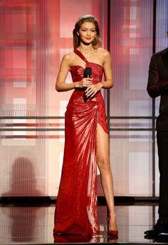 Gigi Hadid en Atelier Versace aux American Music Awards 2016
