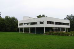 Exterior view. Villa Savoye, Le Corbusier's machine of inhabit. Photography © José Juan Barba.
