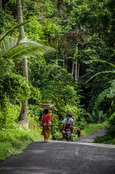 Leave the center of #Ubud #Bali to discover the quiet and green streets running through the nearby villages....