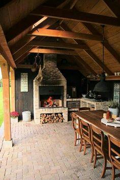 M: bij schuur een overkapping voor houtoven/pizzaoven. Buiten eten, stenen icm hout