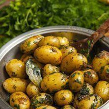 Ξεχάστε ότι ξέρατε για τις πατατούλες φούρνου. Αυτή η συνταγή θα σας ενθουσιάσει διότι ο συνδυασμός των αρωματικών με το κρασί και το βούτυρο, εκτοξεύει τη γεύση της πατάτας στα ύψη Potato Dishes, Potato Recipes, Vegetarian Recipes, Cooking Recipes, Healthy Recipes, Good Food, Yummy Food, Greek Dishes, Vegetable Drinks