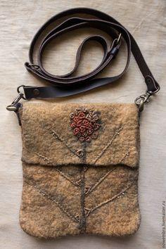 Купить или заказать Валяная сумочка Поздние ягоды в интернет-магазине на Ярмарке Мастеров. Маленькая сумочка на длинном кожаном ремешке, регулируемом от 115 до 130 см. Сумочка сваляна из мериносовой шерсти и покрашена в технике экопринт. Отделка - вышивка и немного бисера. Клапан застегивается на магнитную кнопку.