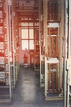 Nos antigos equipamentos ingleses, os cabos eram revestidos de pano e papel encerado. A cadeira e a mesa com apontador de lápis, são de procedência canadense.