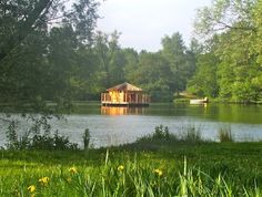 A floating cabin on a lake...in France! Cabanes des Grands Lacs