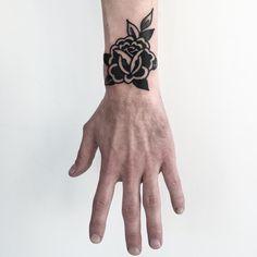 Black rose tattoo on wrist - hello pins - Black rose tattoo on wrist - . - Black rose tattoo on wrist – hello pins – Black rose tattoo on wrist – - Trendy Tattoos, New Tattoos, Hand Tattoos, Tattoos For Guys, Cool Tattoos, Tattoos Skull, Small Traditional Tattoo, Traditional Rose Tattoos, Traditional Ideas