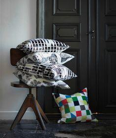 Kissen auf einem Stuhl gestapelt, u. a. MALISEN Kissen weiß/beige, SYSSAN Kissen weiß/beige und MALISEN Kissen weiß/beige