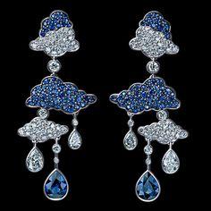 2 pear diamonds 0,40-0,48 ct  2 pear diamonds 0,10-0,16 ct  114 diamonds 0,70-0,76 ct  2 pear blue sapphires 1,40-1,60 ct  114 blue sapphires 0,80-1,00 ct  18K white gold 10,0-11,0 g