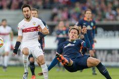Lukas Rupp (l.) im Duell mit Jannik Verstergaard. -  Stuttgart verpasst Befreiungsschlag gegen Werder http://www.ruhrnachrichten.de/sport/topartikel/Fussball-Bundesliga-Stuttgart-verpasst-Befreiungsschlag-gegen-Werder;art523,2891090