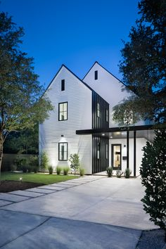 36 Popular Modern Farmhouse Exterior Design Ideas - The farmhouse exterior design absolutely mirrors the whole style of the house and the family convention too. The modern farmhouse style isn't just for. White Farmhouse Exterior, Modern Exterior, Exterior Design, Modern Farmhouse Style, Modern Farmhouse Kitchens, Farmhouse Design, Farmhouse Ideas, Farmhouse Decor, Style At Home