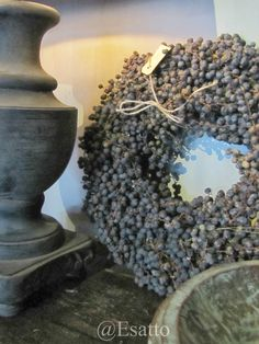 dried dadeltakken wreath (date berries) Fresh Wreath, Berry Wreath, Decoration Inspiration, How To Make Wreaths, Natural Living, Home Deco, Flower Arrangements, Garland, Christmas Wreaths