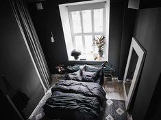 Dit appartement laat zien dat een zwarte slaapkamer onwijs stijlvol is - Roomed