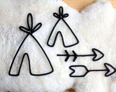 Le chouette hibou en tricotin. Parfait pour décorer la chambre de vos touts-petits ou encore leur salle de jeu. À installer au mur avec des petits clous de finition (ou autres) Fait de laine tricotée à la main montée sur un fil métallique façonnée et travaillée avec minutie. Dimension : Environ 15 pouces de hauteur par 14 pouces de largeur. Prévoyez un délai de 1 à 2 semaines pour la confection. Pour plus dinformation, nhésitez pas à me contacter.4 Au plaisir