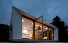 MIMA House: arquitectura prefabricada portuguesa. Los profesionales de MIMA Lab han creado una arquitectura prefabricada de gran valor estético y práctico, con paredes interiores que se pueden mover. El suelo y el techo de estas viviendas posee una trama ortogonal de 1.5 metros de lado donde se fija la tabiquería, siendo realmente fácil cambiar el tamaño de las habitaciones. Señalamos otras características de esta metodología.  #CasasPrefabricadas