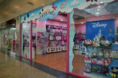 Entrada a una tienda Minnistore dentro de Centro Comercial. Disney, Shopping Center, Entryway, Disney Art