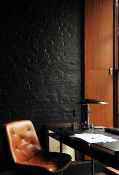 Tufted leather chair & black painted brick / Home office. Black Brick Wall, Black Walls, Black Wood, Brown Brick, Charcoal Black, Ok Design, House Design, Design Ideas, Modern Design