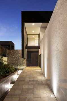Casa Puente / Diez + Muller Arquitectos Clean lines, modern, stone, architecture #fachadasminimalistasmadera