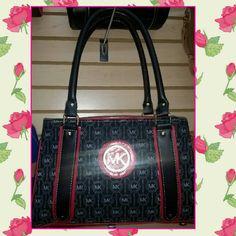 Negro combinado con rojo, grabado letras grises, doble compartimento con cierres, tamaño mediano