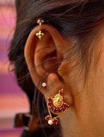 bugdi earing on top Ear Jewelry, Pendant Jewelry, Bridal Jewelry, Gold Jewelry, Traditional Indian Jewellery, Indian Jewelry, Nose Pin Indian, Helix Earrings, Gold Earrings