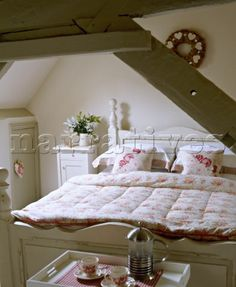 Classic romantic attic bedroom - wish I had one! Floral bedding works so well with the beams and bed for a rustic look. Country Style Bedroom, Cottage Living Rooms, Small Room Bedroom, Cottage Style Bedrooms, Beautiful Bedrooms, Cosy Room, Cottage Bedroom, Country Bedroom, Shabby Chic Room