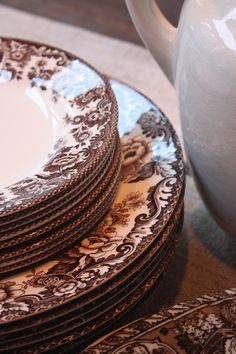♡ Spode Delamere dinnerware, in chocolate brown and white Vintage Plates, Vintage Dishes, Vintage China, Antique Dishes, Paris Appartment, Fresh Farmhouse, Little Brown, Decoration Table, Bowl Set