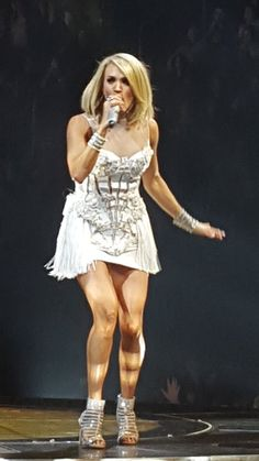 Carrie Underwood @ updatesoncarrie minutes ago Carrie brought back this white dress tonight! Love this look! Carrie Underwood Legs, Carrie Underwood Pictures, Carrie Underwood Mike Fisher, Carrie Fisher, Carrie Underwood Storyteller Tour, Country Female Singers, Country Girls, Country Music, Beautiful Legs