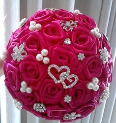 Buquê de flores pink em cetim com broches prateados e acabamento em strass no cabo. <br> <br>