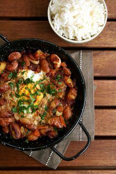 Feijão Guisado com Ovos e Linguiça.  Prato lindo e delicioso, da Moira!