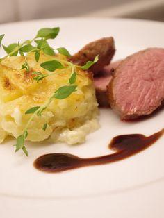 Rosastekt lamm med rödvinssås och potatisgratäng. Läs mer på recept.com
